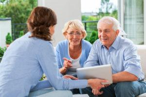 Ehepaar spricht mit Immobilienmaklerin